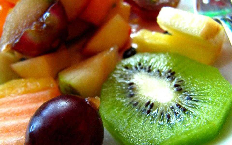 Obstsalat mit Gojibeeren und Nüssen